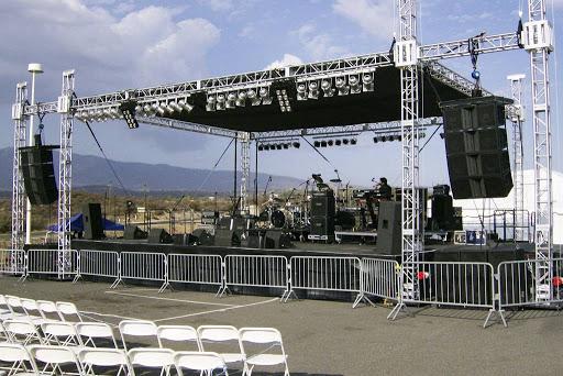 Sân khấu là trung tâm thu hút sự chú ý của khách mời trong các sự kiện được tổ chức